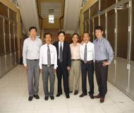 Luật sư Ngô Hữu Nhị cùng với các luật sư, phóng viên các Đài Phát Thanh, Truyền Hình và báo chí trung ương và địa phương trong vụ án