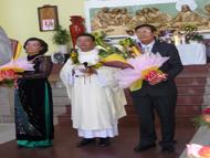 Ông bà Luật sư Đỗ Như Thư và người con trai Vinh Sơn Đỗ Cao Đạt, Tân Linh Mục trong Thánh Lễ Mở Tay ngày 15/6/2013 tại Thánh Đường Giáo Xứ Lạc Quang - Sài Gòn